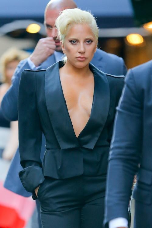 Photos : Lady Gaga toujours topless : sa mère veille au grain !