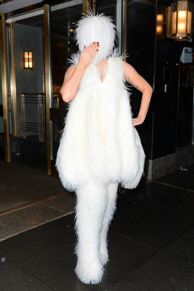 Photos : Lady Gaga : un look au poil pour la Mother Monster qui sort à visage couvert !