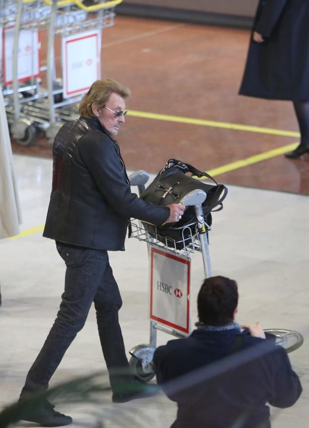 Le clan Hallyday à l'aéroport Roissy Charles de Gaulle le 8 décembre 2013