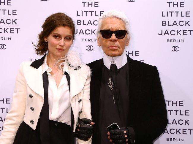 Laetitia Casta et Karl Lagerfeld lors du vernissage de l'exposition Chanel : The Little Black Jacket à Berlin, le 20 novembre 2012.