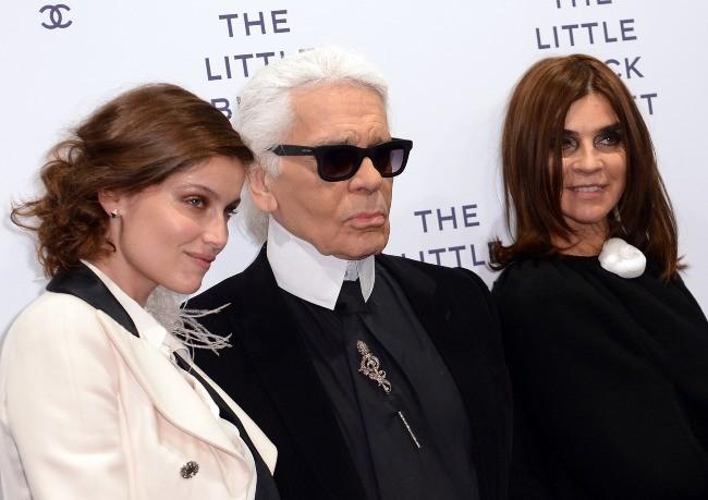 Laetitia Casta, Karl Lagerfeld et Carine Roitfeld lors du vernissage de l'exposition Chanel : The Little Black Jacket à Berlin, le 20 novembre 2012.