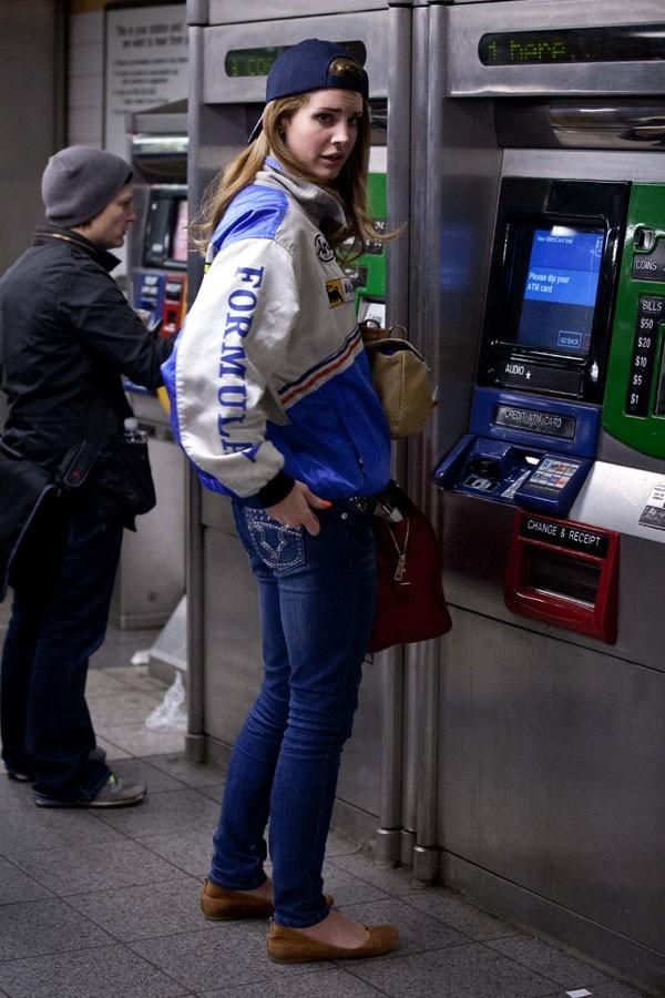 Elle achète son billet comme tout le monde !