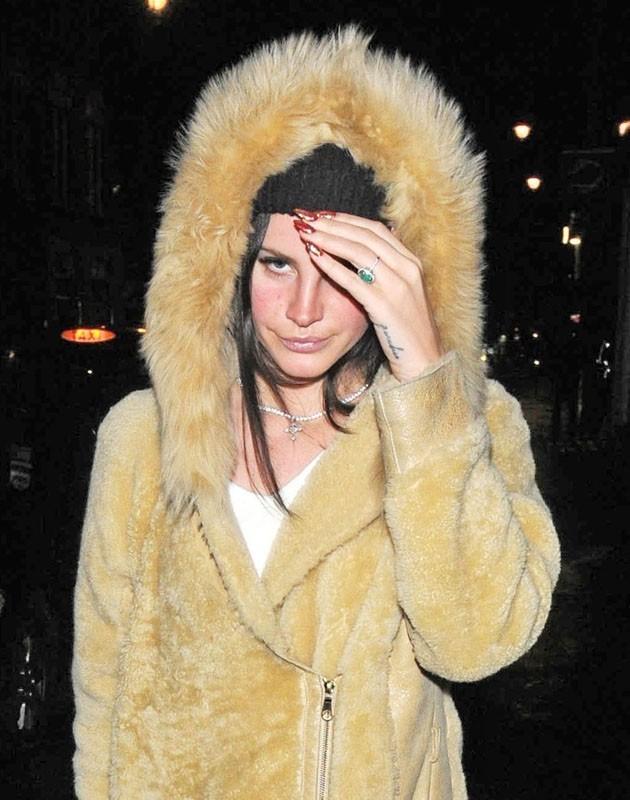 Lana Del Rey bien couverte pour affronter le froid londonien !