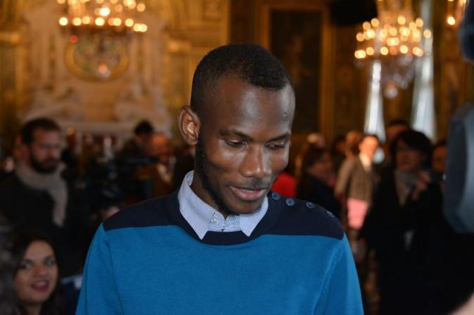 """Lassana Bathily : en guest à la mairie de Paris, il partage un """"hug"""" avec John Kerry !"""
