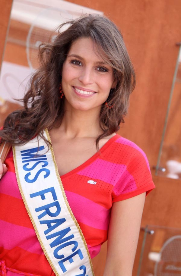 D'un côté Laury Thilleman, Miss France