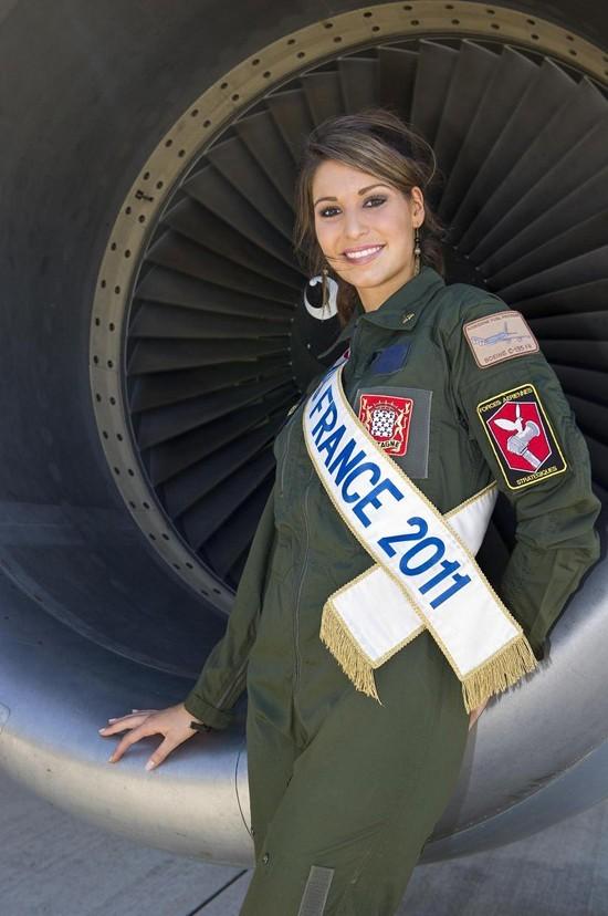 Jolie même en tenue militaire !