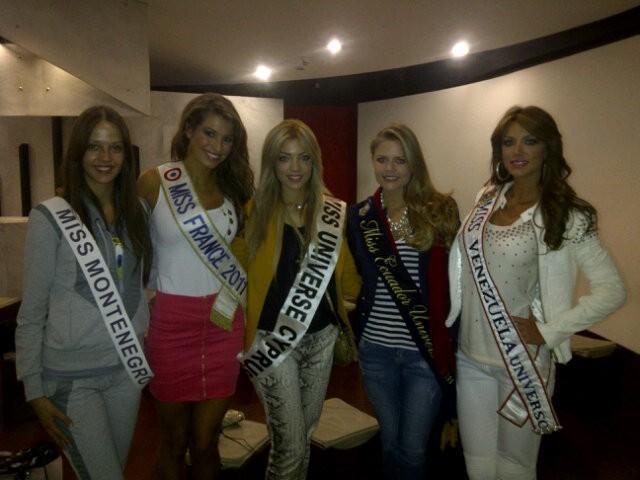 Entourée de ses concurrentes à l'élection de Miss Univers !