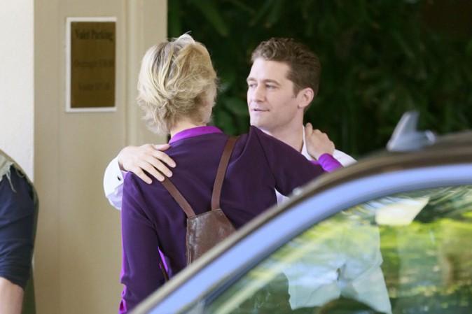 Matthew Morrison et Jane Lynch devant l'hôtel Four Seasons de Los Angeles le 8 octobre 2013