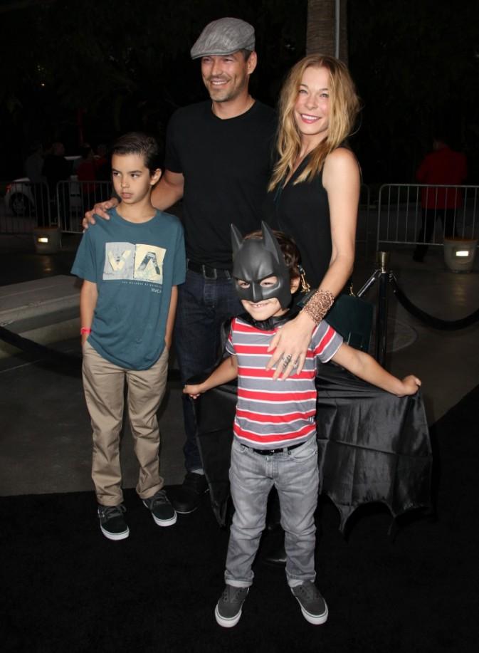 LeAnn Rimes avec Eddie Cibrian et ses enfants au Staples Center de Los Angeles le 27 septembre 2012