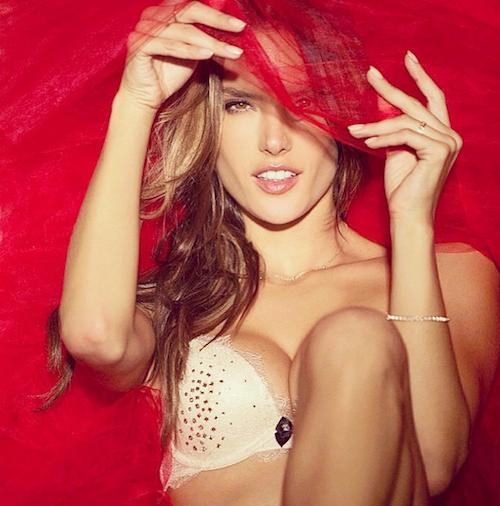 Alessandra Ambrosio sexy pour Noël