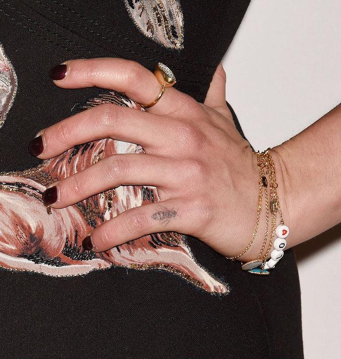 La petite abeille sur le doigt d'Emilia Clarke