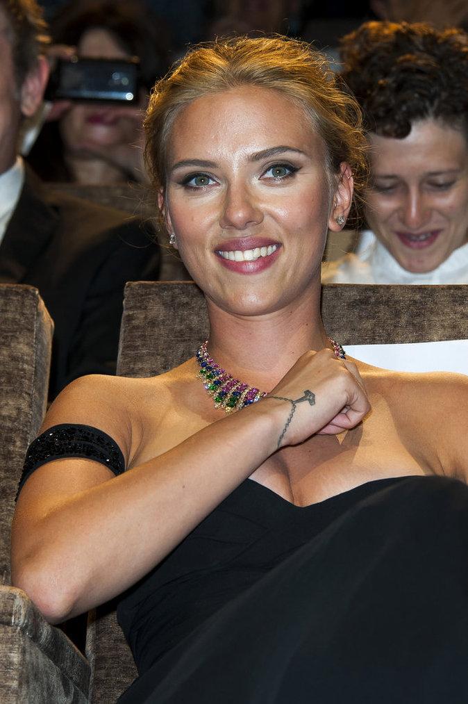 Le bracelet en trompe l'oeil de Scarlett Johansson