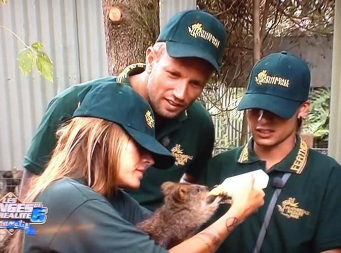 Anaïs sous le charme d'un bébé kangourou au zoo