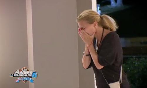 Linda pleure lors de sa soirée d'adieu