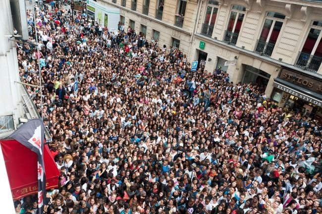 Des milliers de fans attendent l'arrivée des Anges de la Télé-Réalité 4 : Club Hawaï devant le Ice Baar à Paris, le 27 juin 2012.