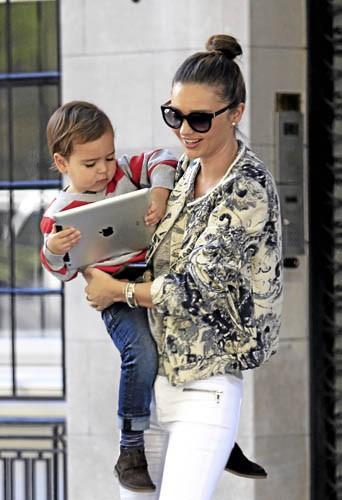 Miranda Kerr et Flynn, accros à l'iPad !