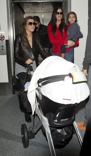 Khloe et Kourtney Kardashian en famille à l'aéroport de Miami, le 16 décembre 2012.