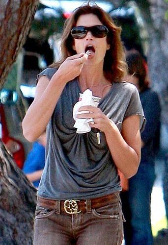 Photo : Cindy Crawford qui mange