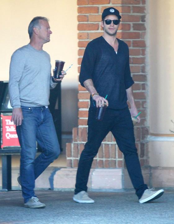 Liam Hemsworth avec son père Craig à Malibu le 22 décembre 2013