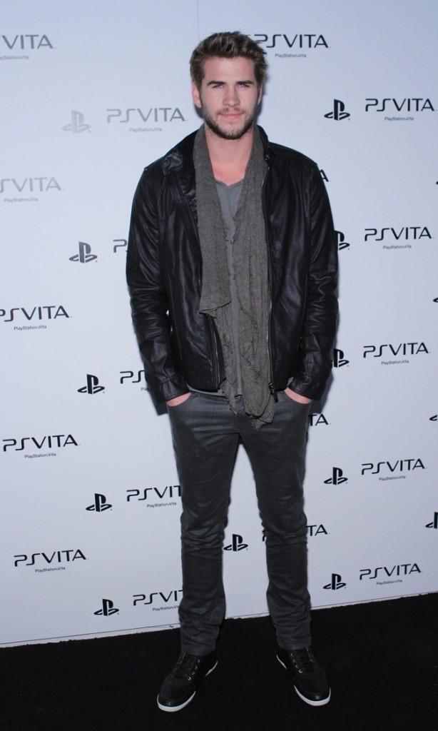 Liam Hemsworth, sexy avec sa veste en cuir !