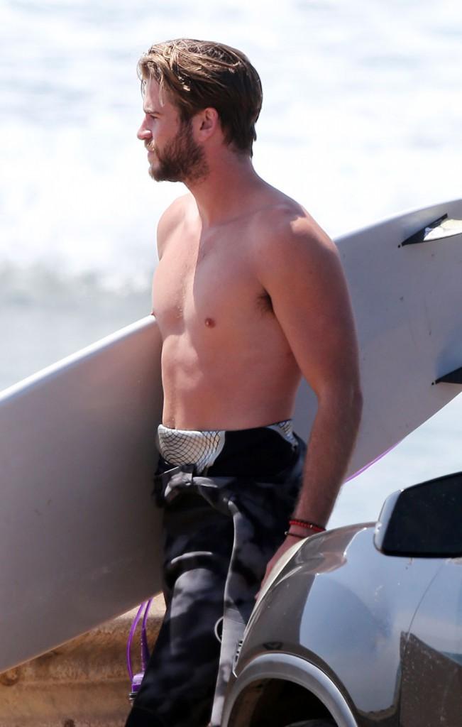 Liam Hemsworth en mode surfeur le 2 avril 2015
