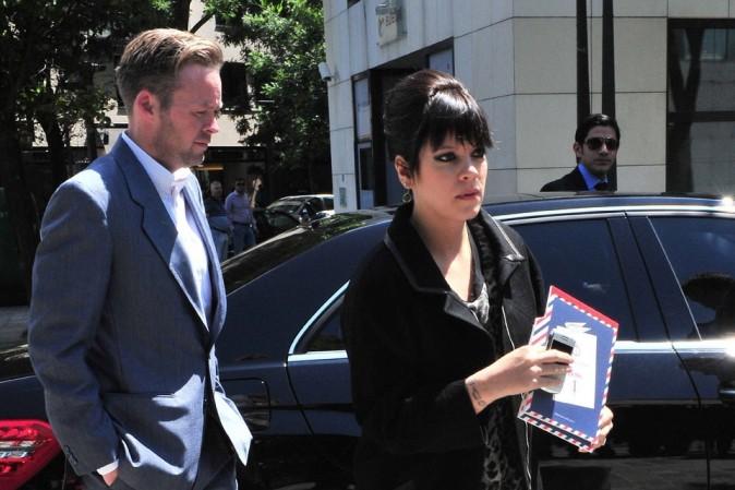Sam Cooper, son mari, traîne la patte derrière elle...