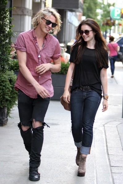 Lily Collins et Jamie Campbell Bower à Toronto, le 9 juillet 2012.