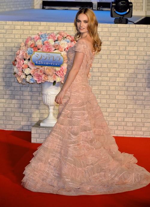 Photos : Lily James opte pour une nouvelle robe de princesse à la première de Cendrillon !