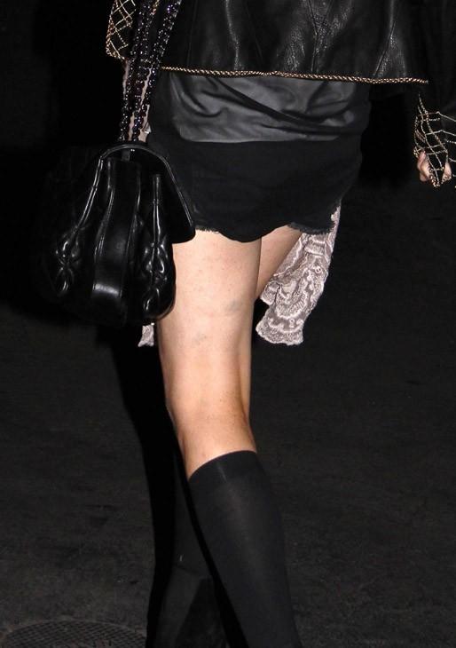 Elle n'aurait pas oublier de mettre un pantalon ?