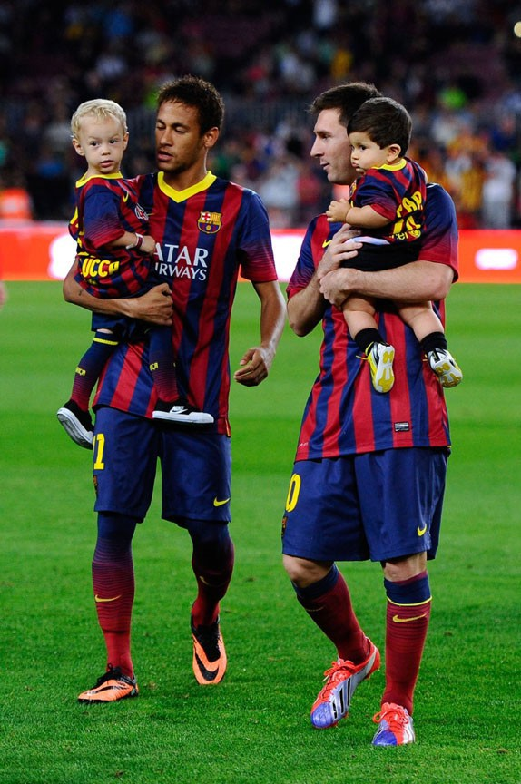Lionel Messi avec son fils Thiago sur la pelouse du Camp Nou le 24 septembre 2013