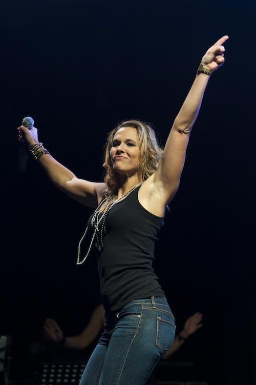 Photos : Lorie : déchaînée sur scène, elle se donne à fond pour la bonne cause !