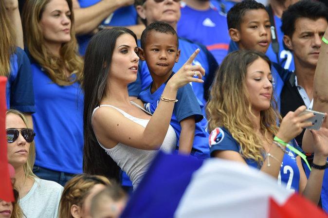 Photos : Ludivine Sagna, Sandra Evra, Jennifer Giroud... les femmes des Bleus voient la vie en rose !