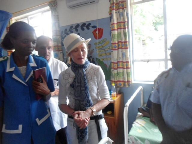 Madonna en visite centre hospitalier Queen Elizabeth de Blantyre, au Malawi, le 4 avril 2013