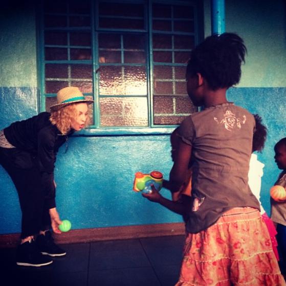 Madonna joue avec des enfants