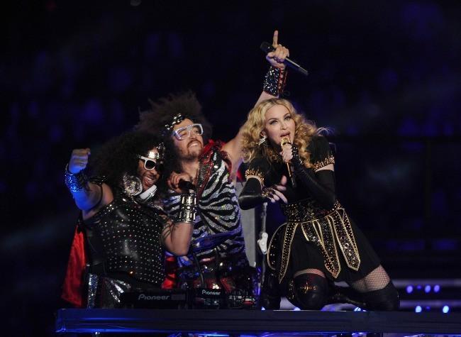 Madonna et les LMFAO lors de la finale du Super Bowl à Indianapolis, le 5 février 2012.