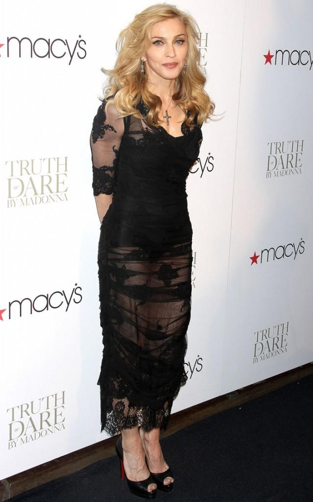 Madonna n'avait jamais fait autant mamie vulgaire, à moitié nue sous son tissu transparent