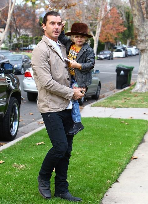 Gavin Rossdale et son fils Zuma se rendant en famille chez les parents de Gwen Stefani pour Thanksgiving, le 24 novembre 2011 à Los Angeles.