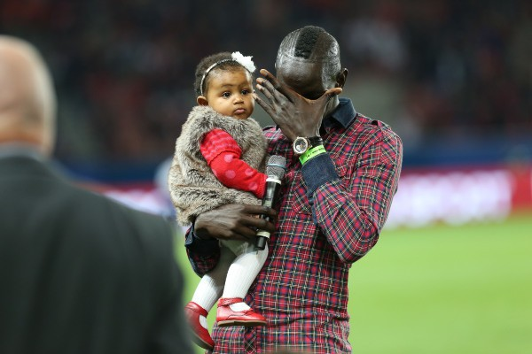 Mamadou Sakho et sa fille Aida au Parc des Princes à Paris, le 22 septembre 2013.