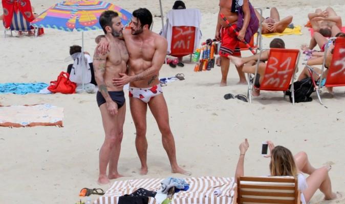 Marc Jacobs et Harry Louis sur la plage d'Ipanema à Rio de Janeiro, le 7 avril 2013.