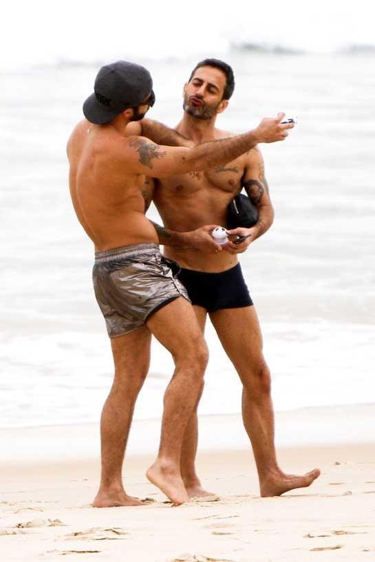 Marc Jacobs et Harry Louis sur la plage d'Ipanema à Rio de Janeiro, le 10 avril 2013.