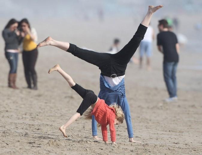 Marcia Cross avec ses jumelles Savannah et Eden à Santa Monica le 25 mars 2013