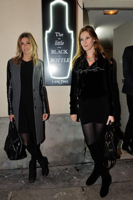 """Alexandra Rosenfeld et Mareva Galanter lors du vernissage de l'exposition """"The Little Black Bottle"""" à Paris, le 18 septembre 2013."""