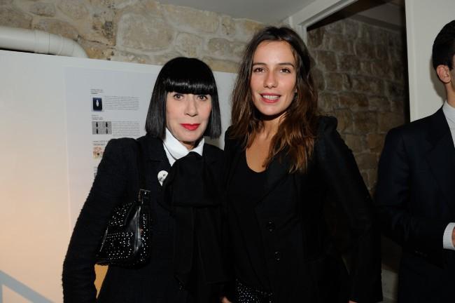 """Chantal Thomass et Zoé Félix lors du vernissage de l'exposition """"The Little Black Bottle"""" à Paris, le 18 septembre 2013."""