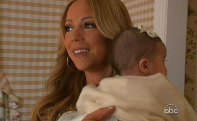 La chanteuse est très câline avec ses petits...