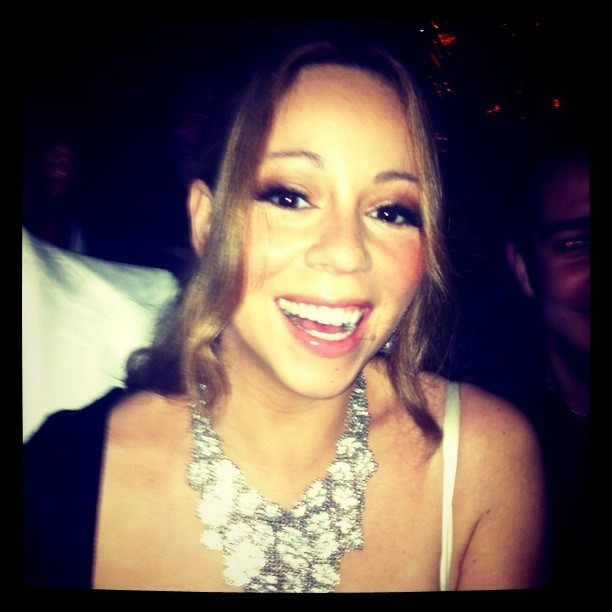 Mariah Carey, tout sourire, sortant du restaurant Jules Verne à la Tour Eiffel à Paris, le 27 avril 2012 à Paris.