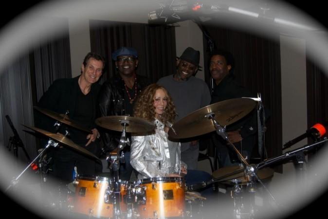 Mariah Carey entourée de Randy Jackson, Loris Holland et d'autres musiciens...