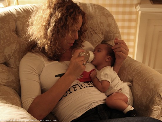 Mariah Carey donnant le biberon à sa fille Monroe !