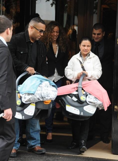 Monroe et Moroccan dans leur couffin sortant du Plaza Athénée à Paris, le 29 avril 2012.