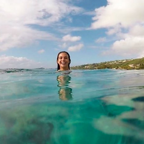 Photos : Marine Lorphelin : une surfeuse sexy à Tahiti !