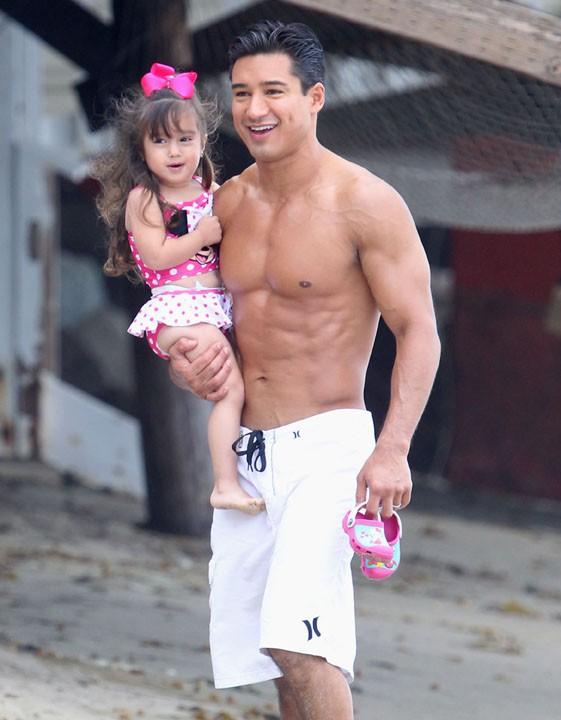 Mario Lopez avec sa fille Gia à Malibu le 28 juillet 2013